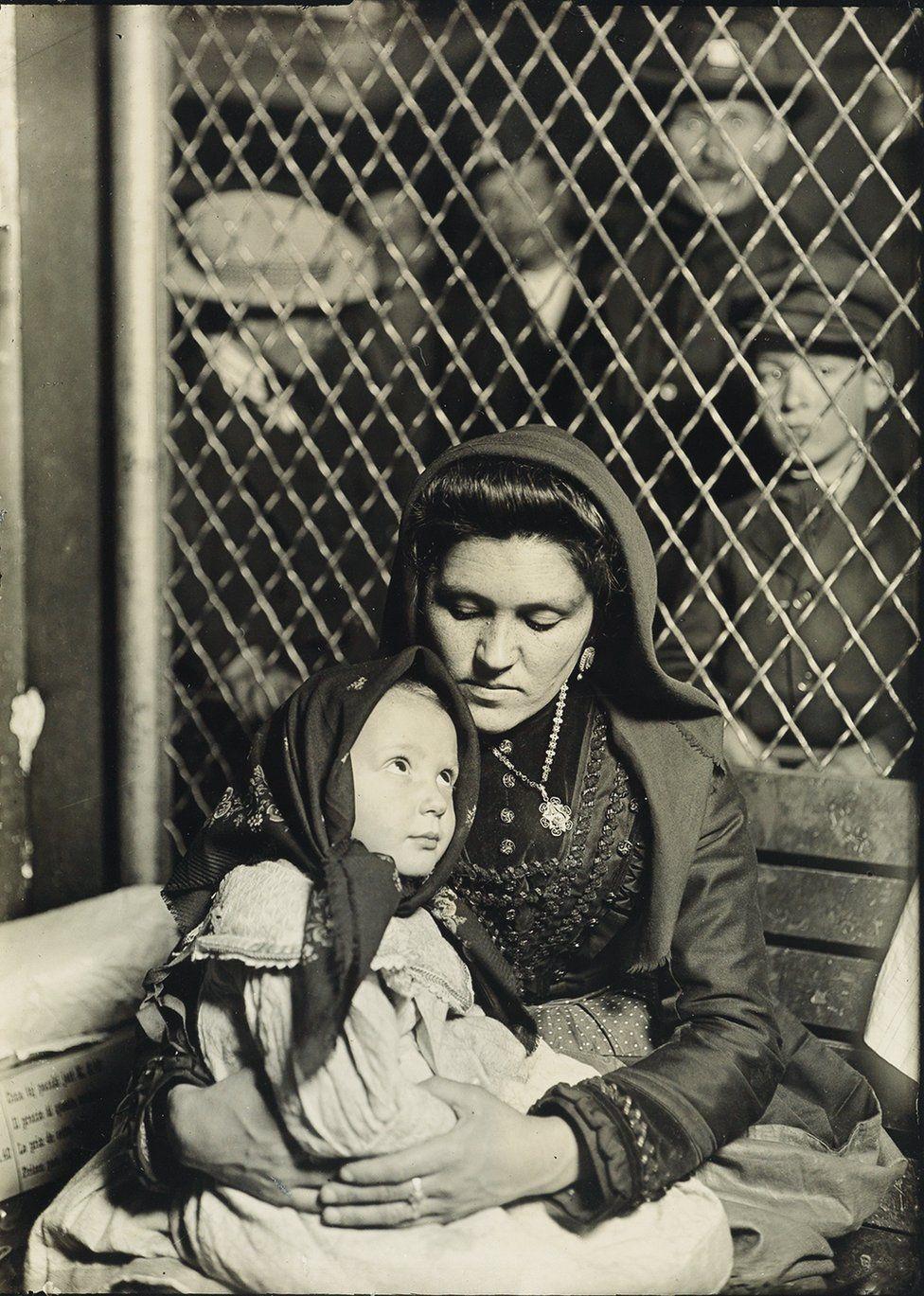 Madre e figlia, Ellis Island, 1907. Credit: archivio di Lewis Hine / collezione di Isador Sy Seidman / cortesia della Swann Auctions Galleries
