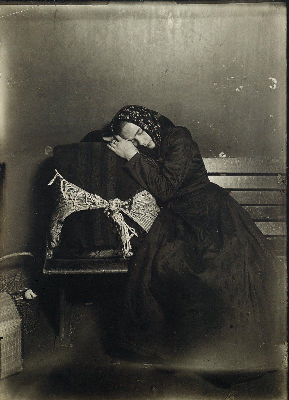 Una immigrata slava ad Ellis Island, 1907. Credit: archivio di Lewis Hine / collezione di Isador Sy Seidman / cortesia della Swann Auctions Galleries