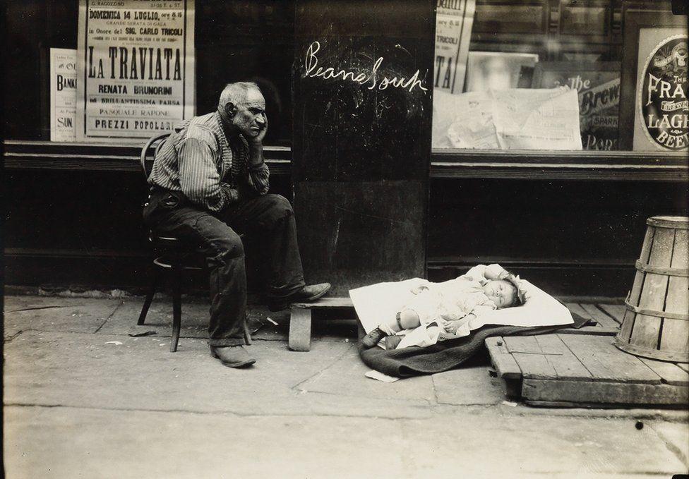 Una calda giornata nell'East Side, New York, 1908. Credit: archivio di Lewis Hine / collezione di Isador Sy Seidman / cortesia della Swann Auctions Galleries