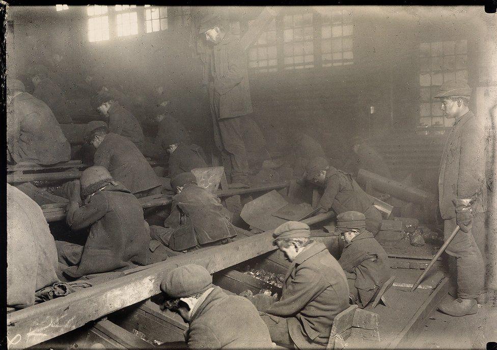 Distruttori di carbone della Pennsylvania, [Breaker Boys], 1912. Credit: archivio di Lewis Hine / collezione di Isador Sy Seidman / cortesia della Swann Auctions Galleries