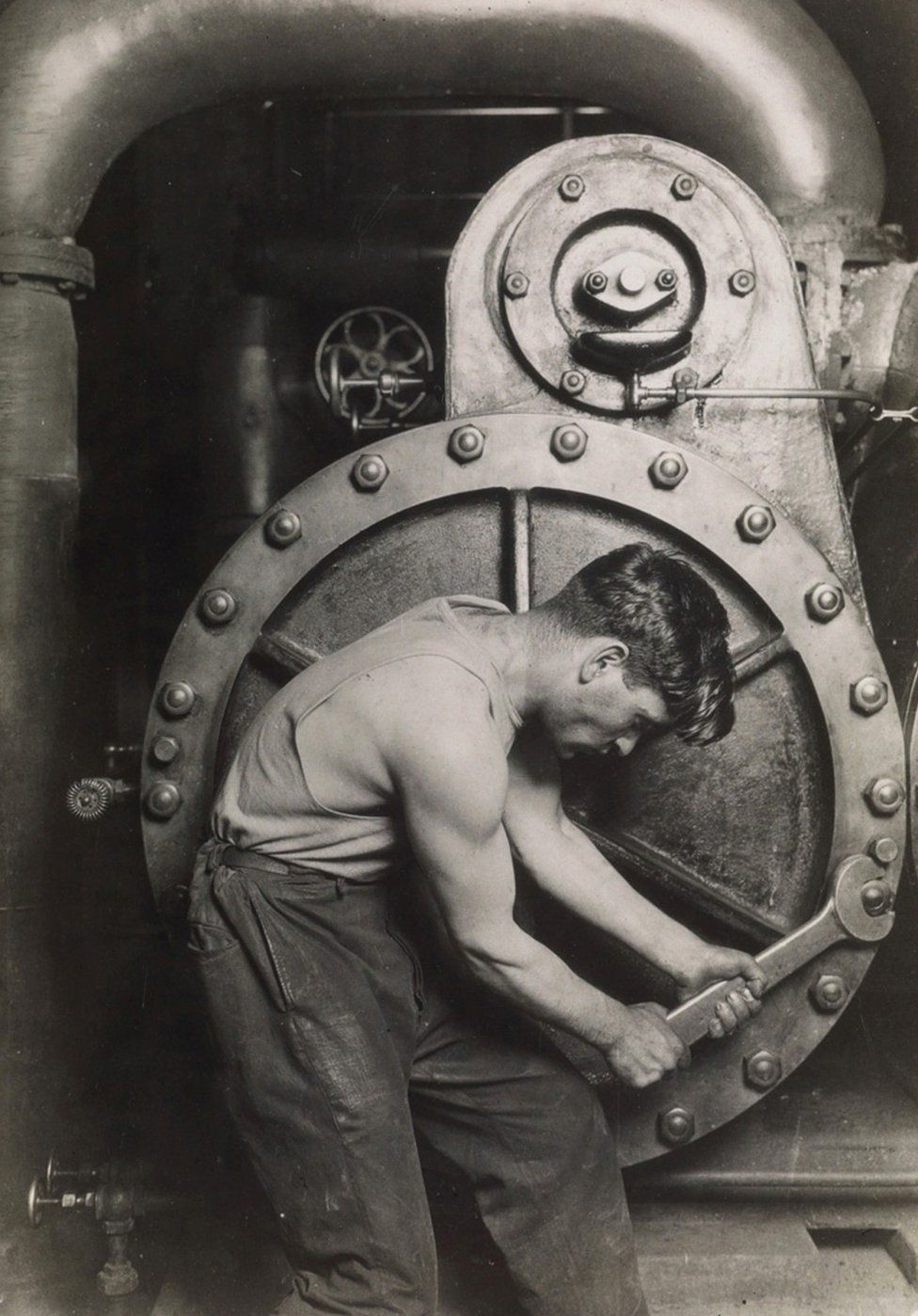 Un meccanico della Steam Pump alla Electric Power House, circa 1921. La rara stampa di questa fotografia è stata venduta per quasi 70mila euro. Credit: archivio di Lewis Hine / collezione di Isador Sy Seidman / cortesia della Swann Auctions Galleries