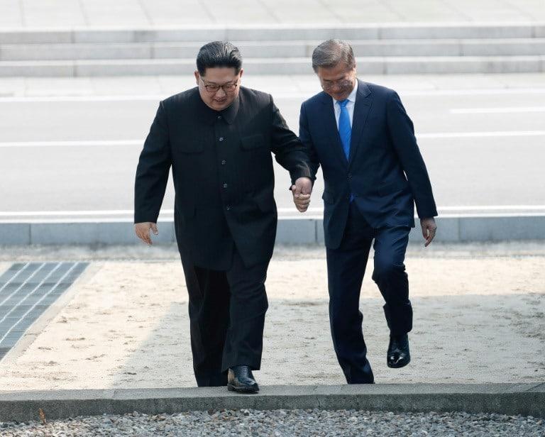 L'incontro avviene all'interno della cosiddetta Zona demilitarizzata di Panmunjom, laZDC,una striscia di terra taglia in due la penisola coreana, fungendo da zona cuscinetto. L'area fu istituita di comune accordo tra laCorea del Nord, laCinae leNazioni Unitenel 1953. L'area, larga 4 chilometri, corre lungo il 38esimo parallelo per altri 284 chilometri, e si tratta di uno dei confini più armati del mondo.