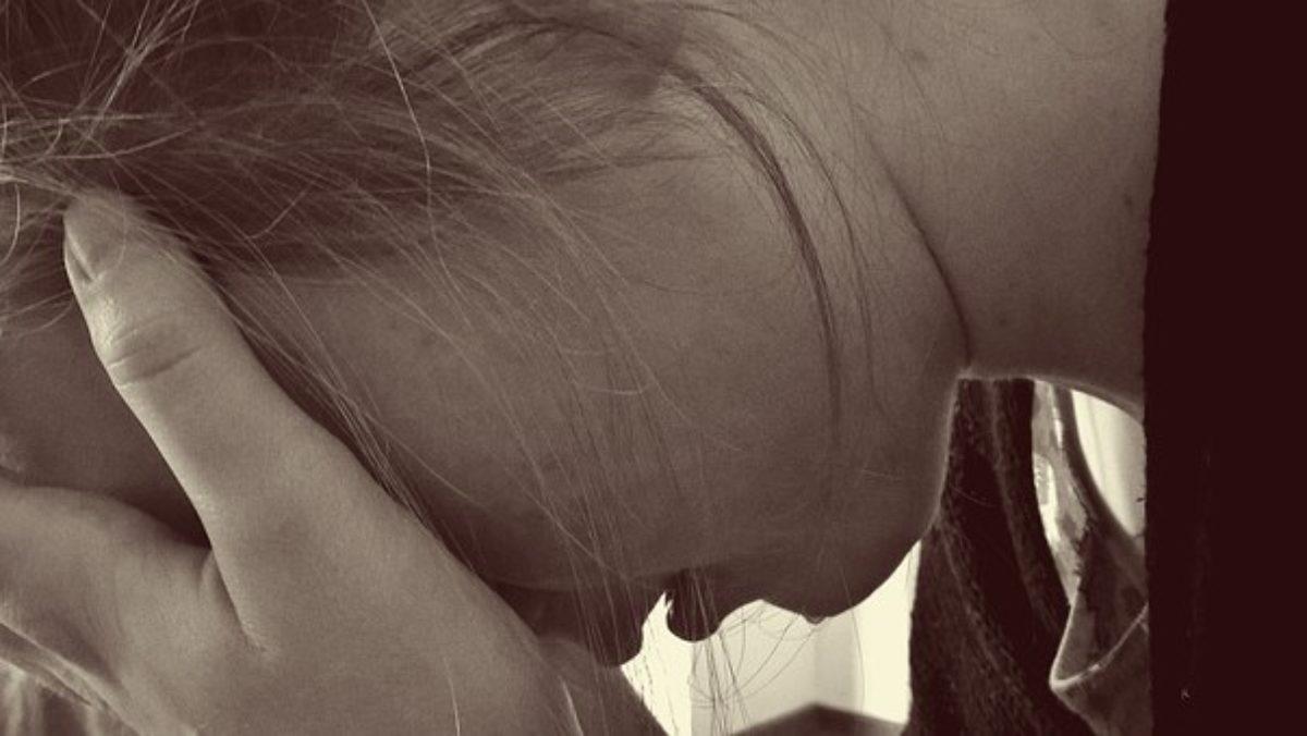 madre piangere davanti figli