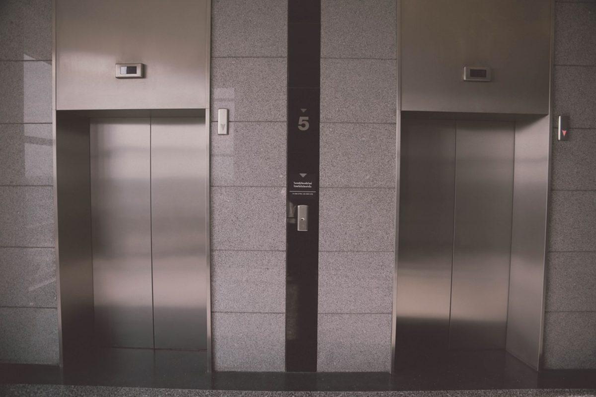 motivo specchi vicino ascensori