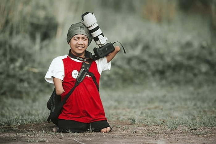 fotografo senza braccia gambe