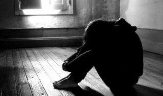 violentata molestata stazione polizia