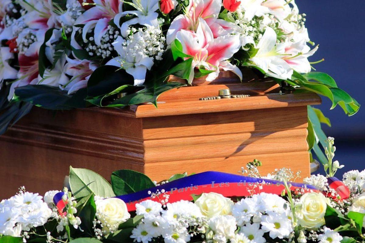 uomo veglia funebre