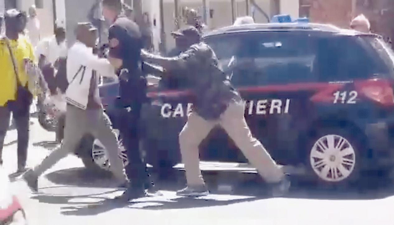 ambulanti aggrediscono carabinieri