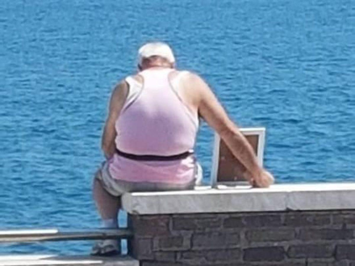 gaeta anziano riva al mare foto moglie