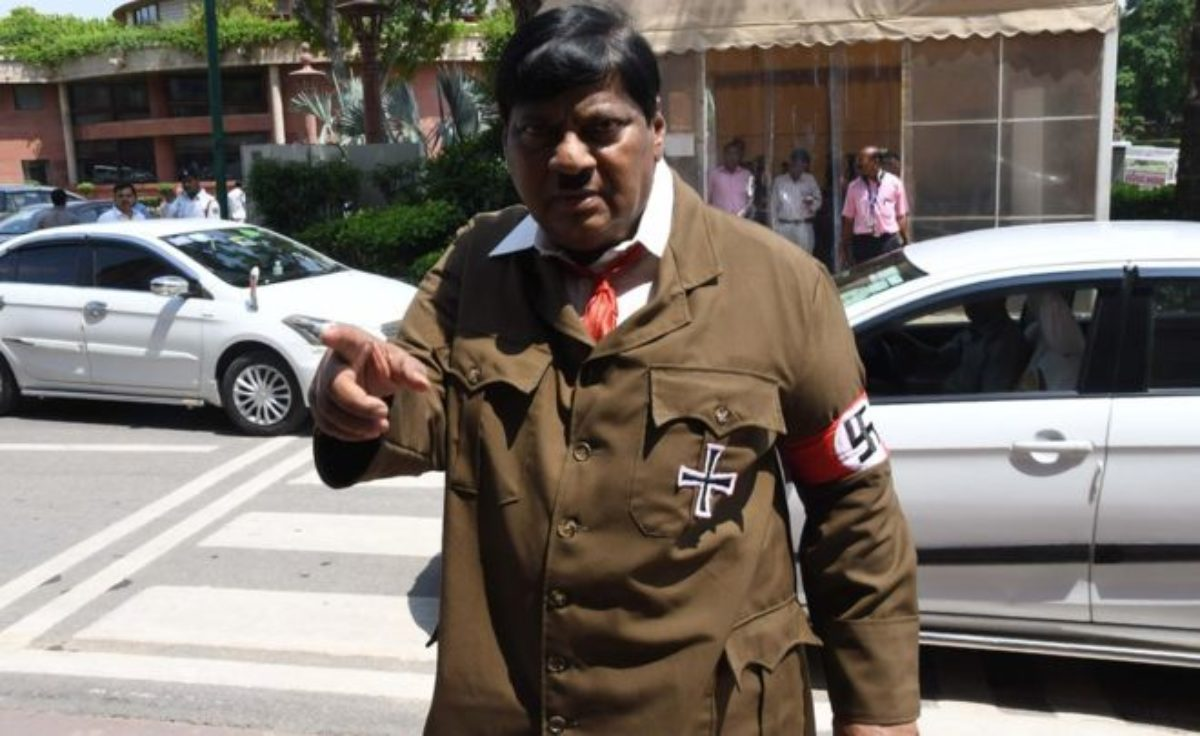 india deputato vestito hitler