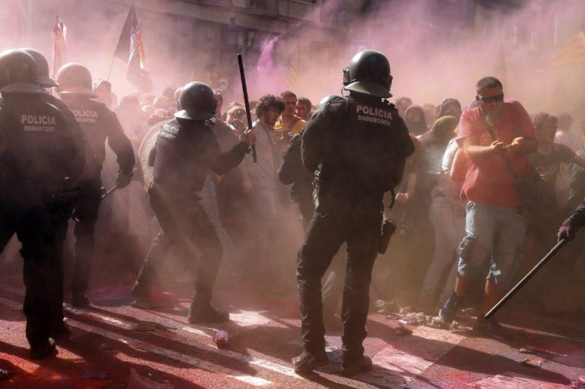 Barcellona, violenti scontri tra polizia e indipendentisti