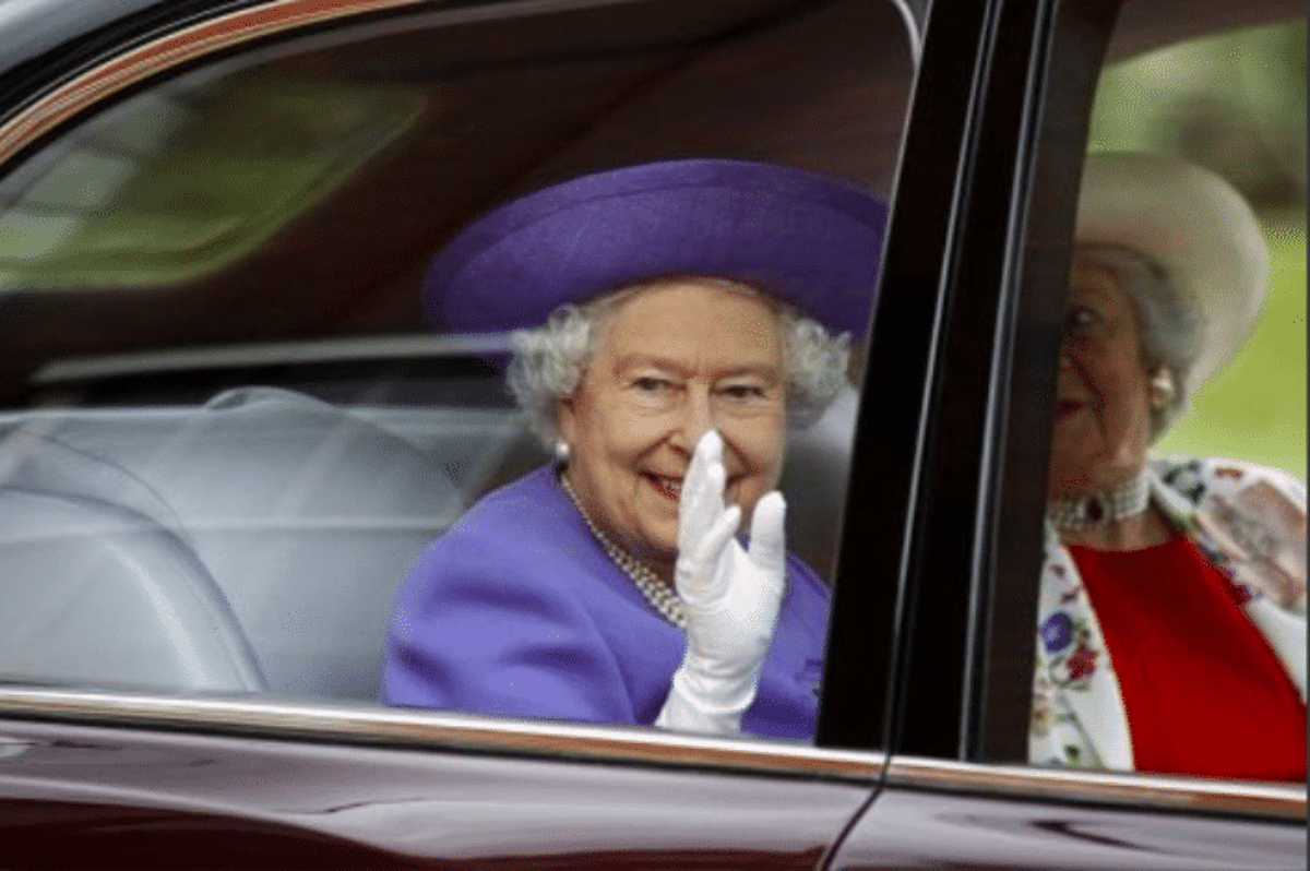 Regina Elisabetta, la sua arma segreta è la mano finta per salutare