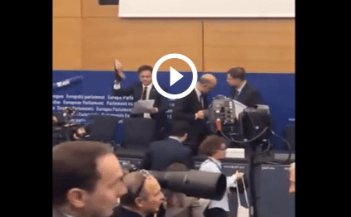 Manovra bocciata, europarlamentare leghista imbratta con una scarpa le carte di Moscovici