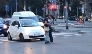 coppia si bacia in strada