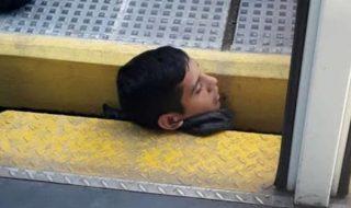 ragazzo incastrato treno banchina