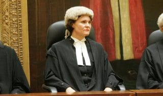 stupra filma bimba giudice lascia aula