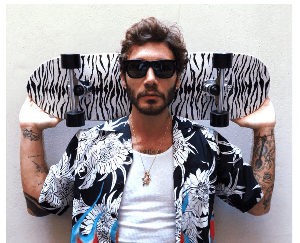 Hackerato Stefano De Martino: scatti e video con una donna sul web