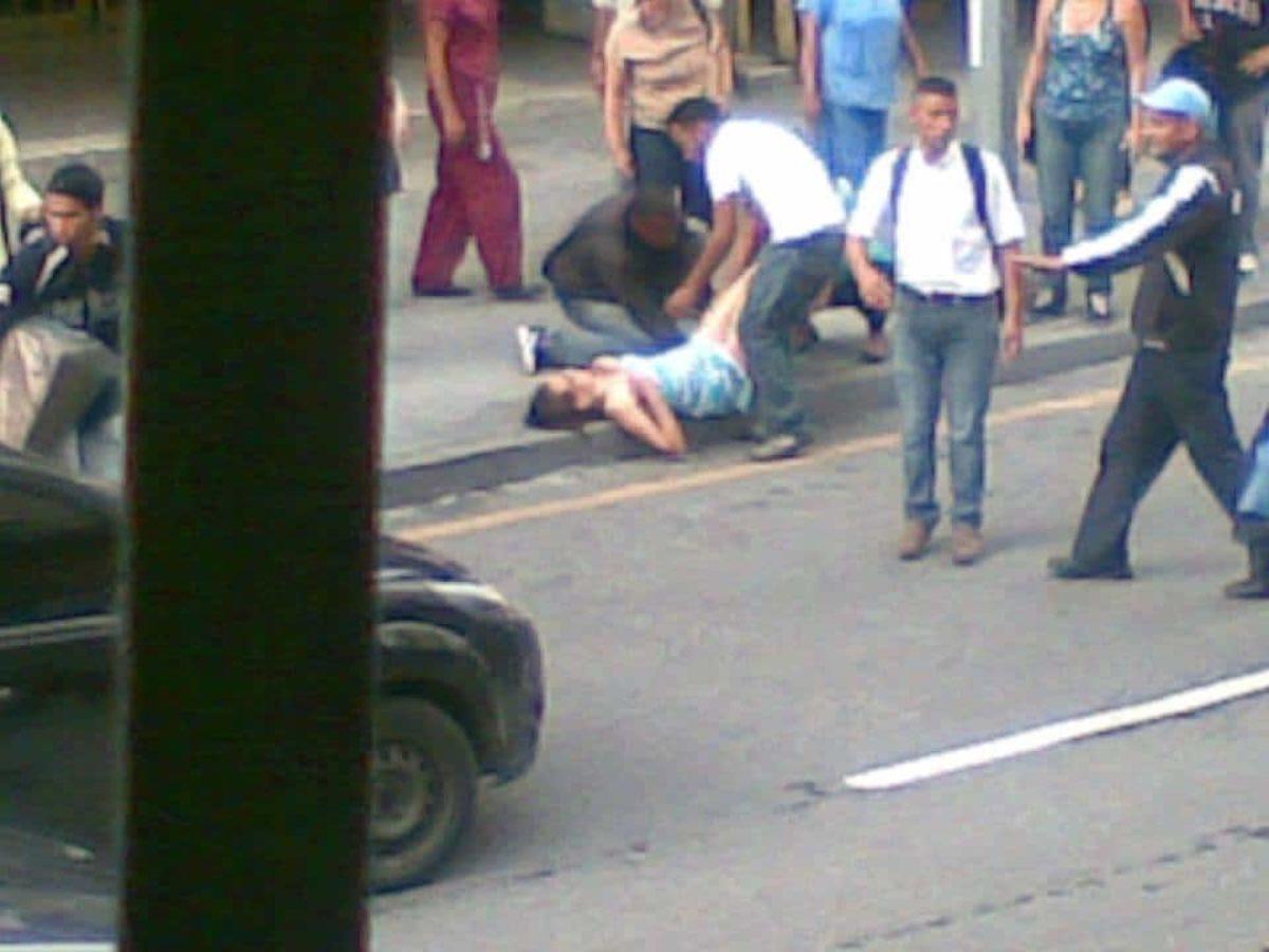 Giovane partorisce in strada a Caracas