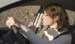 Fumare alla guida: multe in arrivo