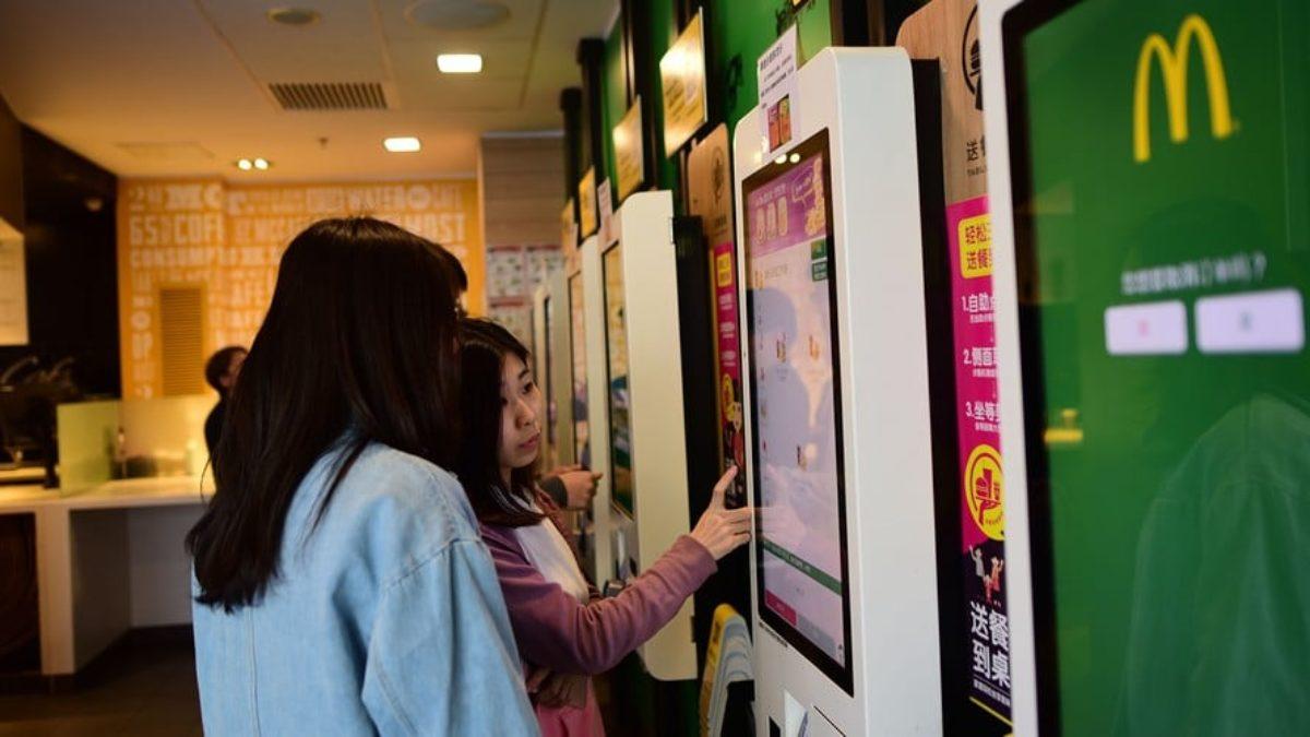 McDonald's: batteri e feci sui touchscreen, l'esito di uno studio inglese shock