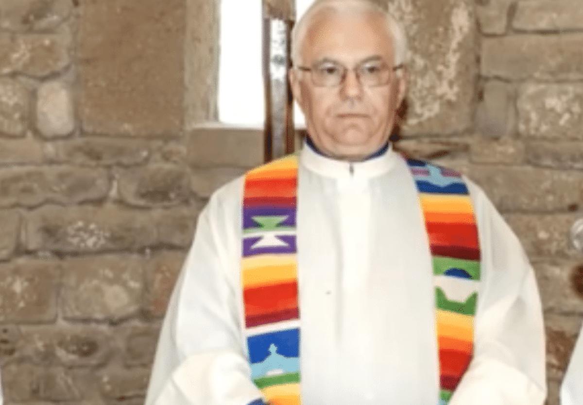 Il prete che chiude la chiesa a Natale contro il decreto Salvini