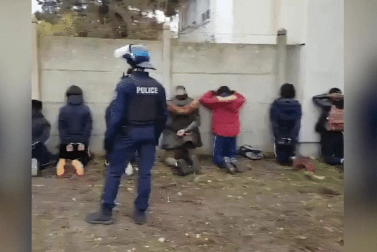 Risultati immagini per studenti francesi inginocchiati immagini