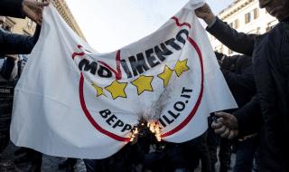 bandiere m5s bruciano