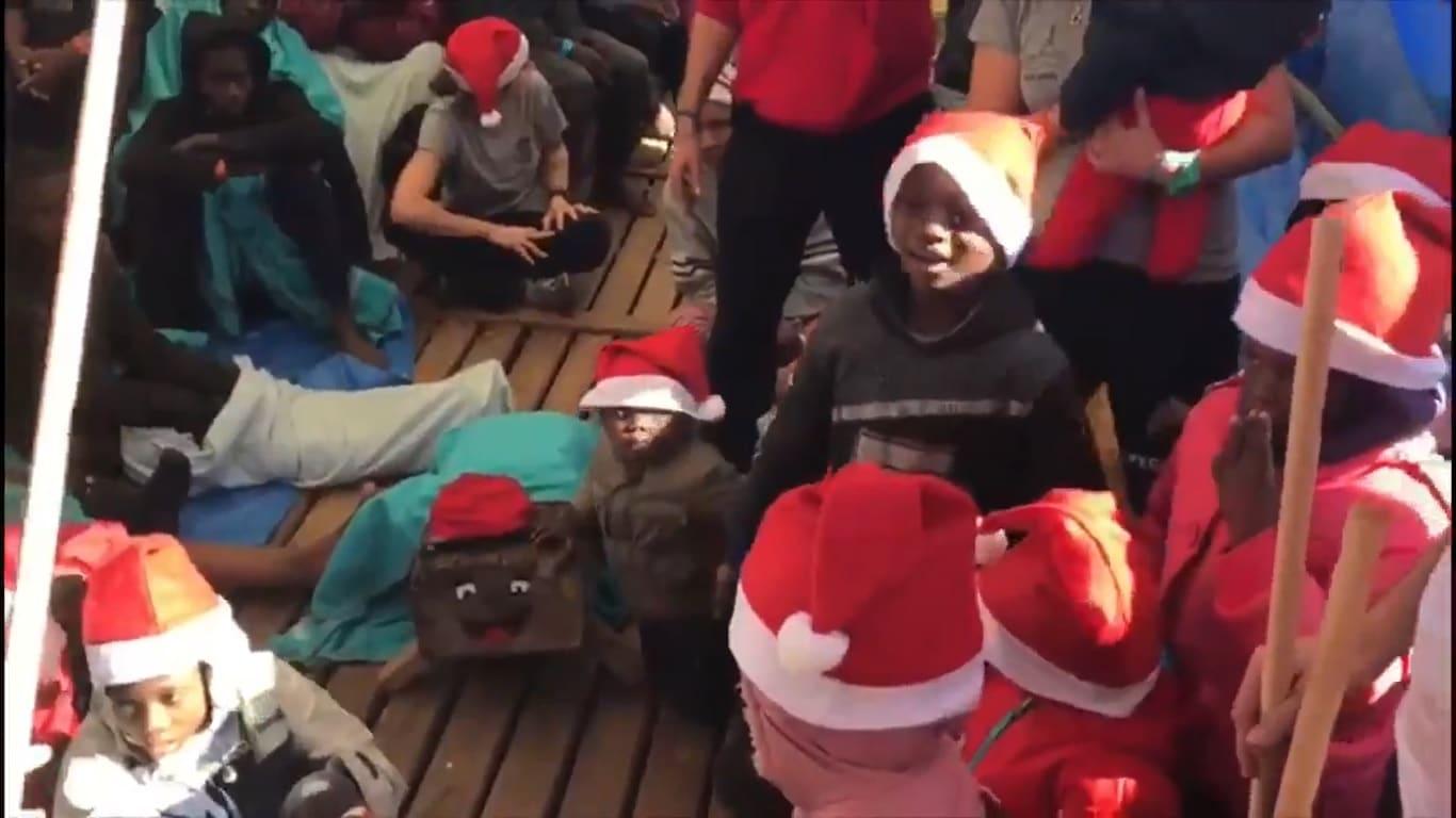 Bambini Che Scartano I Regali Di Natale.I Migranti Sulla Open Arms Scartano I Regali Di Natale Video