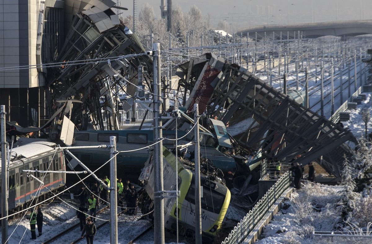 Cavalcavia crolla su un treno, morti e feriti in Turchia VIDEO