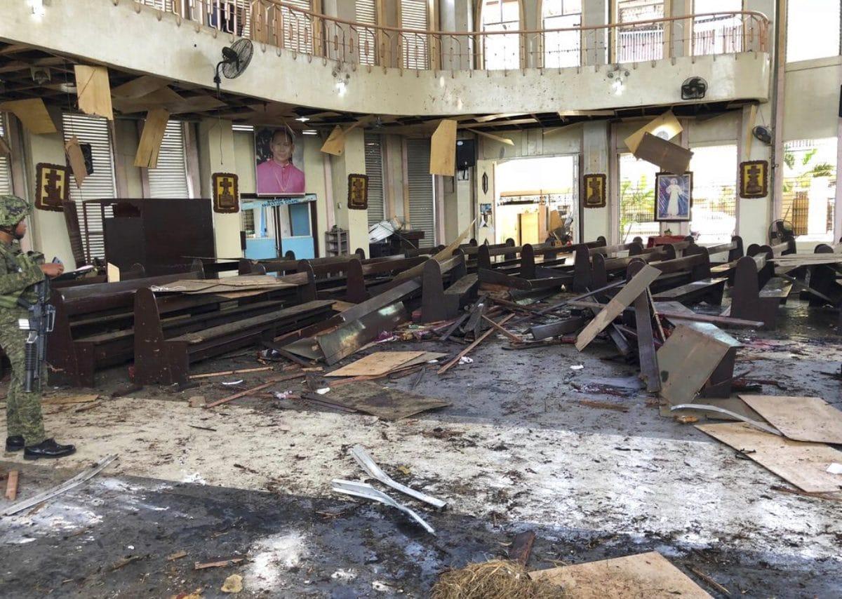 Filippine, due bombe esplodono davanti a una cattedrale: 27 morti