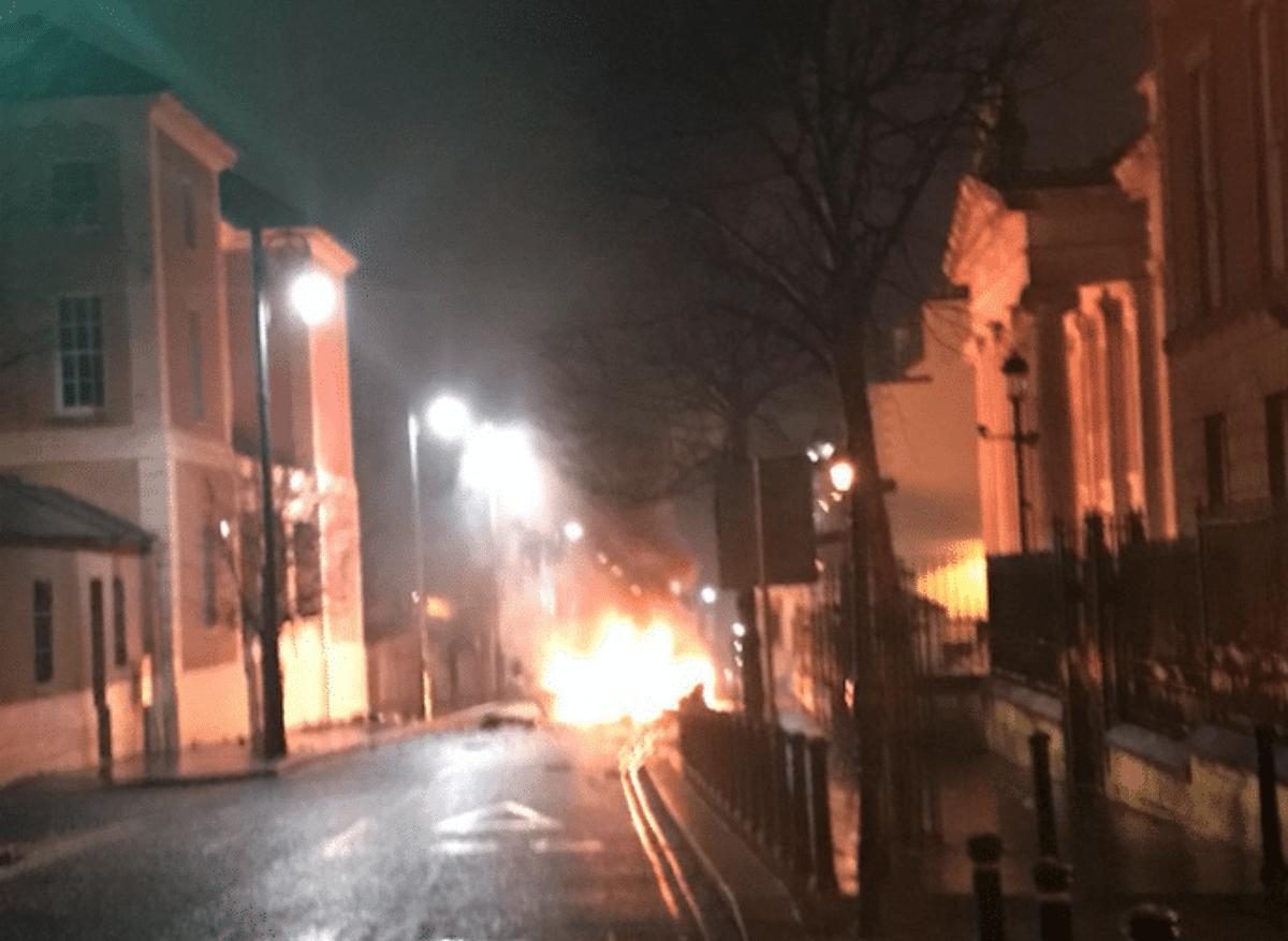 Irlanda del Nord, esplode autobomba fuori da un tribunale