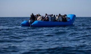 migranti barca in difficoltà libia