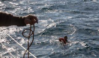 migranti naufragio marina militare italiana