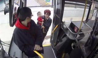 salvataggio bambino autobus