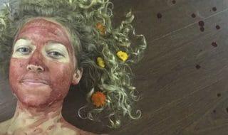 sangue mestruale faccia foto