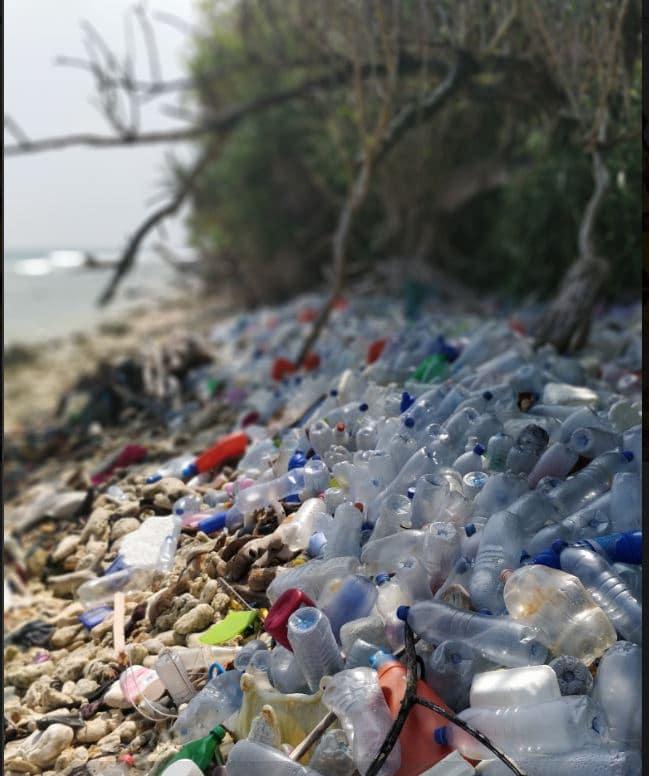 plastica spiaggia Maldive