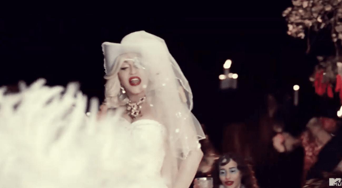 Una emozionata Madonna presenta
