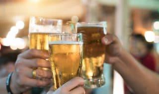 costringe nipote a bere birra