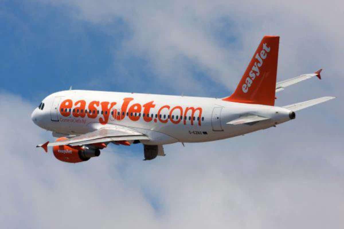 Paura in aereo: uomo tenta di aprire il portellone in volo