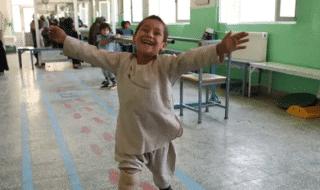 Bambino afghano balla protesi