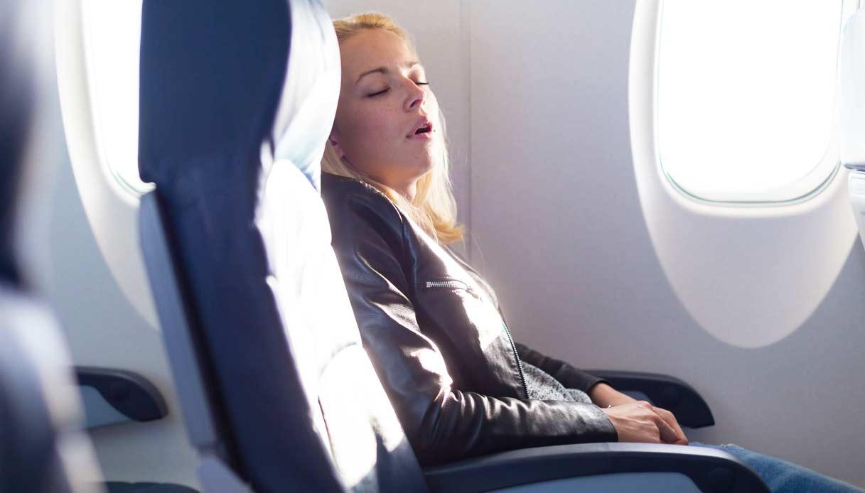 Si addormenta in aereo, lasciata a bordo
