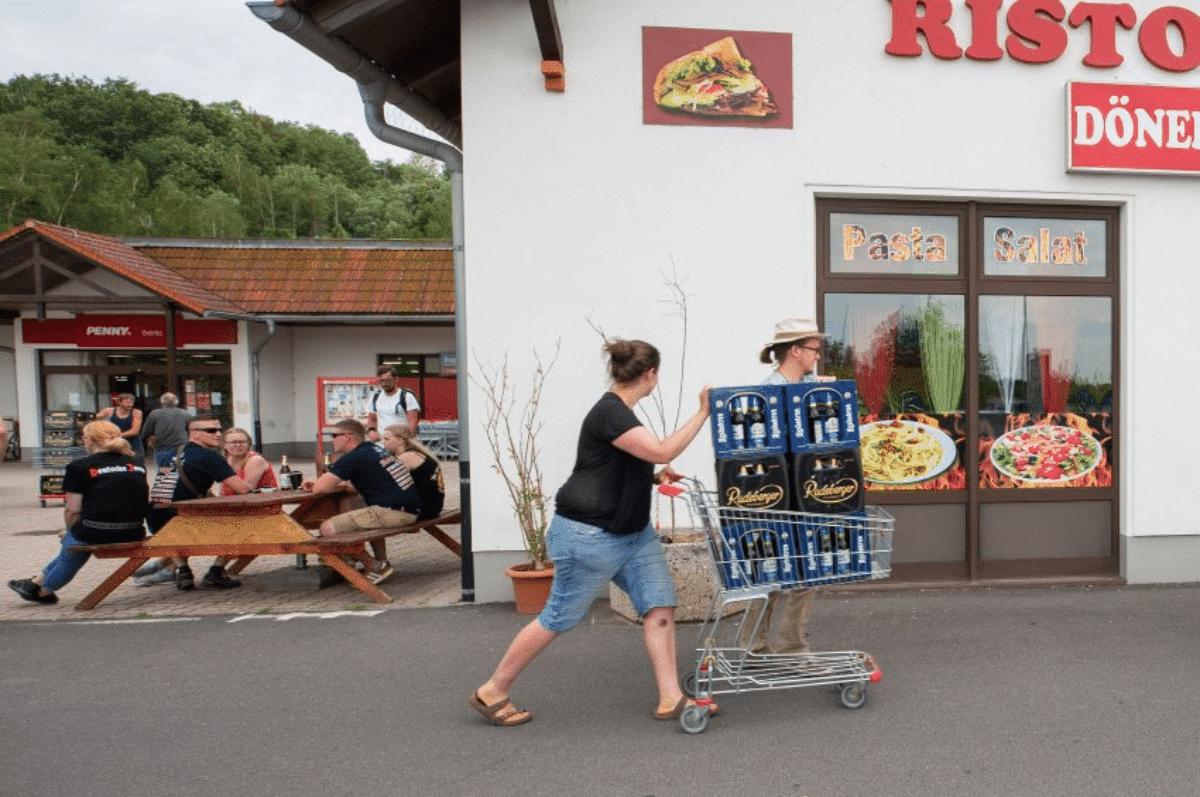Comprano tutta la birra del paese per boicottare il festival neonazista