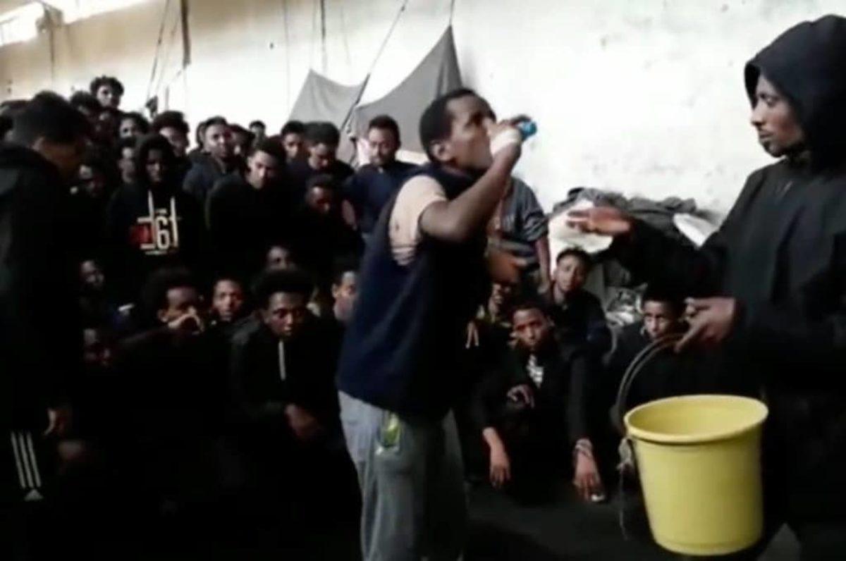Libia, Haftar bombarda centro di detenzione: è strage di immigrati