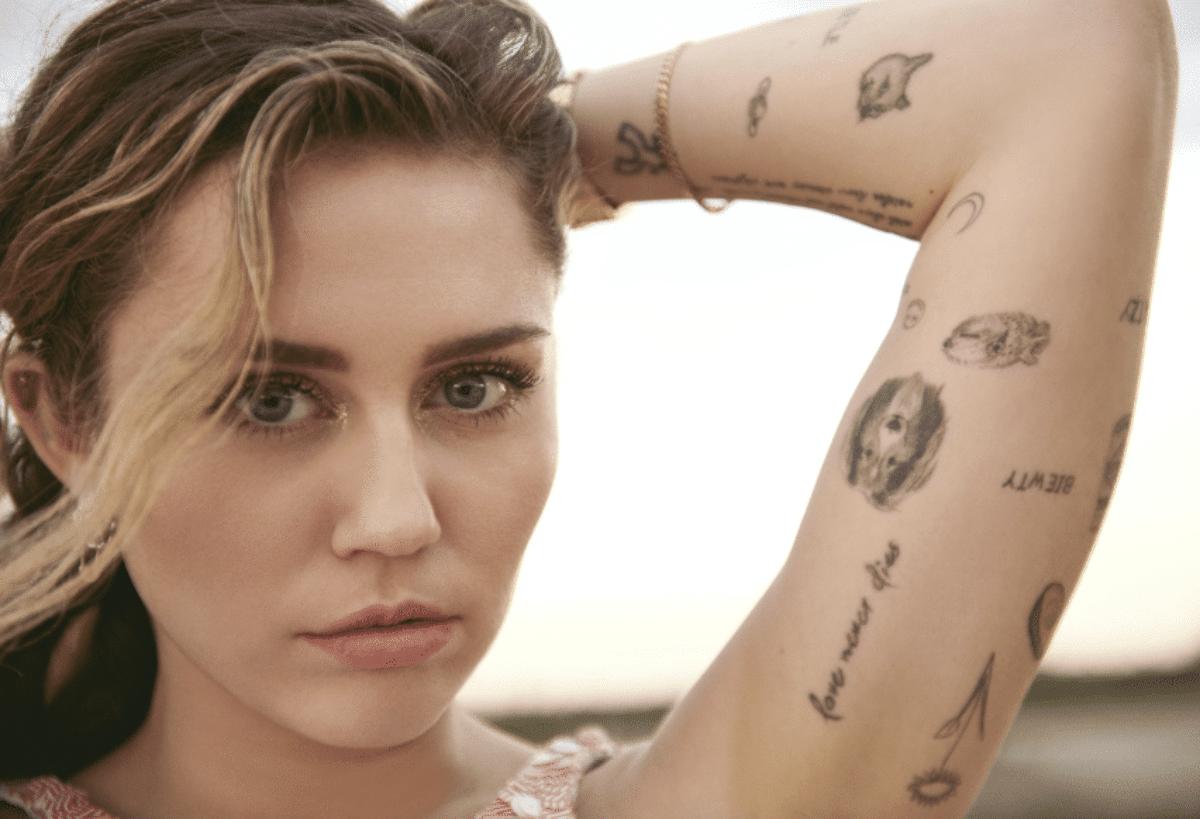 Miley Cyrus baciata con forza da fan, sfogo della popstar su Twitter