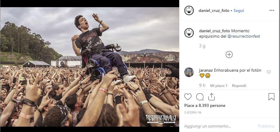 Disabile sollevato al concerto