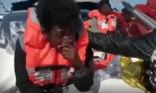 lampedusa migrante alex piange