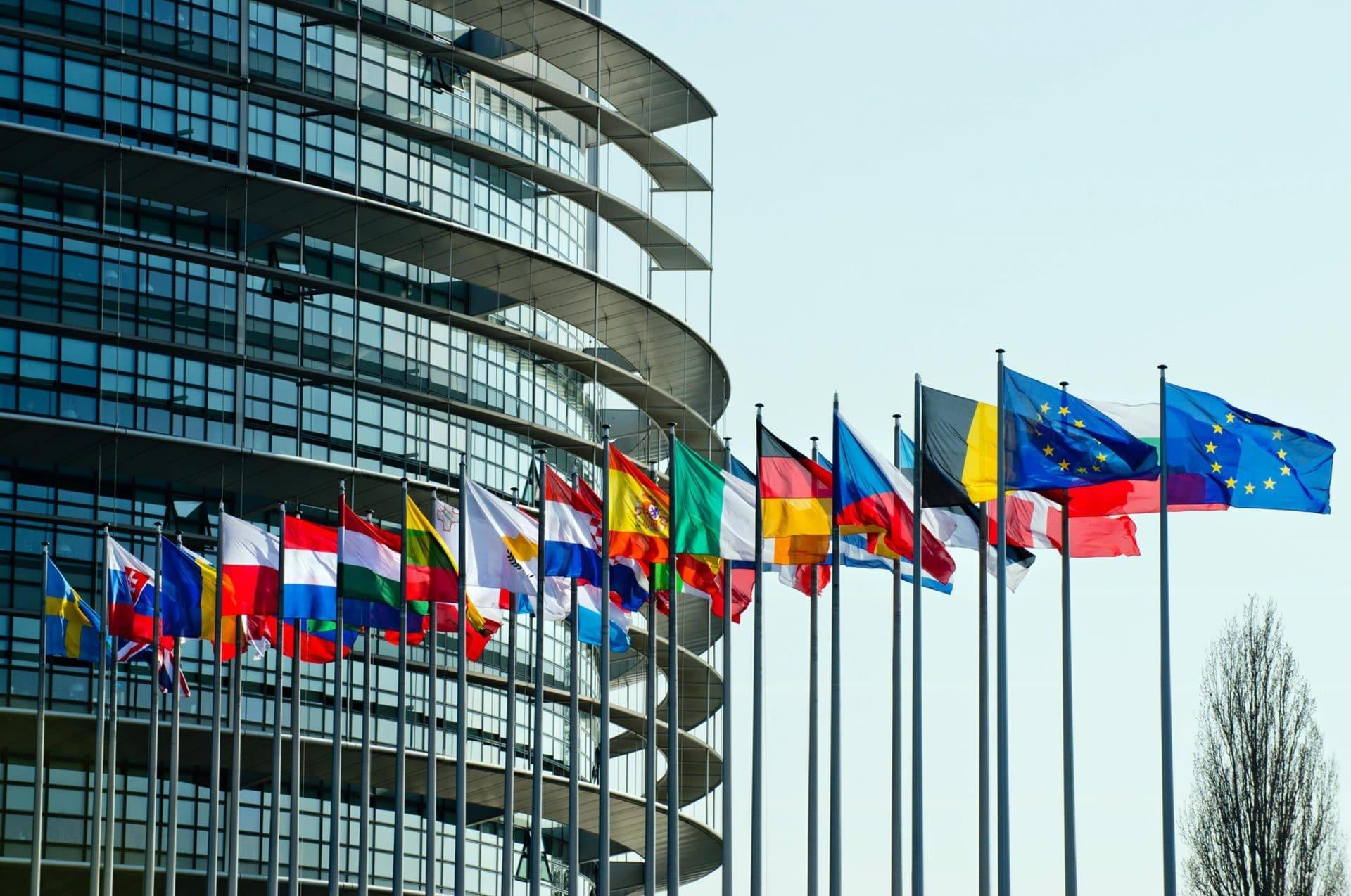 Eurodeputati si voltano di spalle o restano seduti durante l'inno Ue