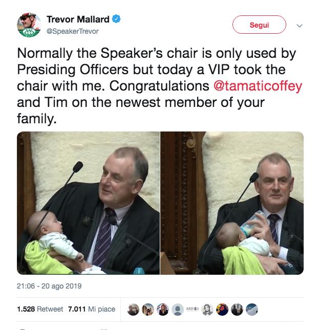 Presidente del Parlamento culla il figlio di un deputato durante una seduta