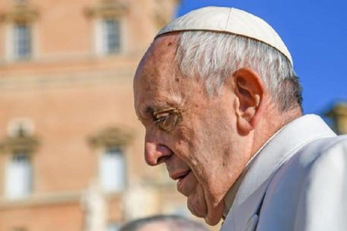 Ragazzina sul palco in udienza, il Papa: