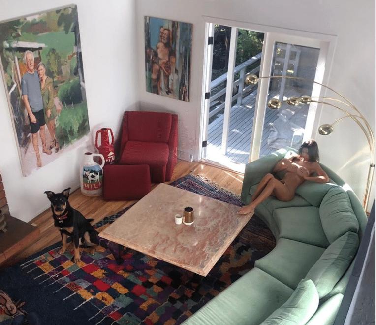Emily Ratajkowski divano